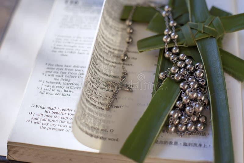 Biblia z krzyża i różana koralikami zdjęcie royalty free
