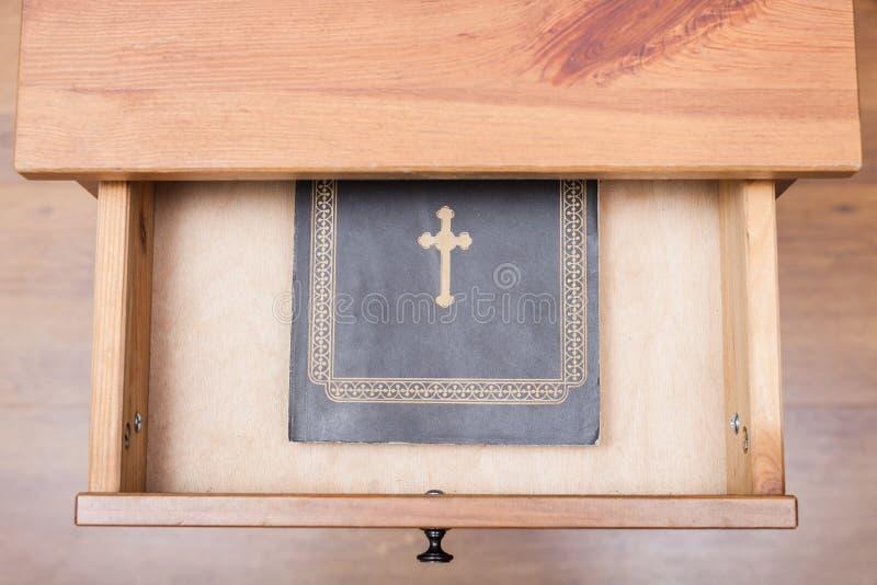 Biblii książka w otwartym kreślarzie obraz stock
