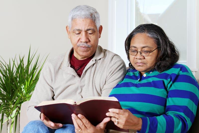 biblii pary hipanic czytelniczy senior zdjęcia stock
