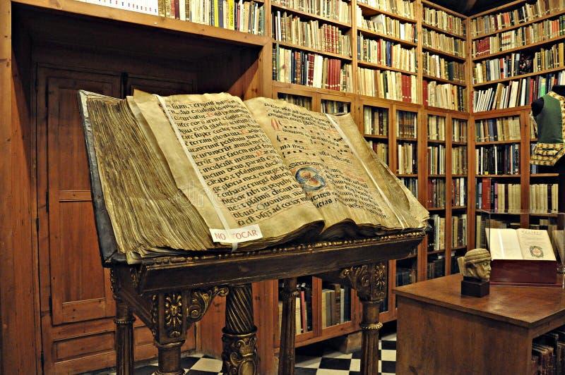 Biblioteca antiga do castelo de peralada foto de stock