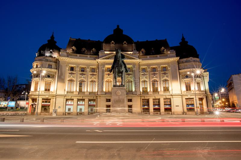 Biblioteca centrale di Bucarest all'ora blu nell'ora legale immagine stock