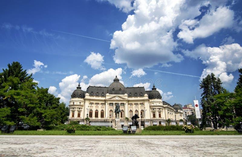 Biblioteca centrale di Bucarest all'ora blu nell'ora legale immagini stock libere da diritti