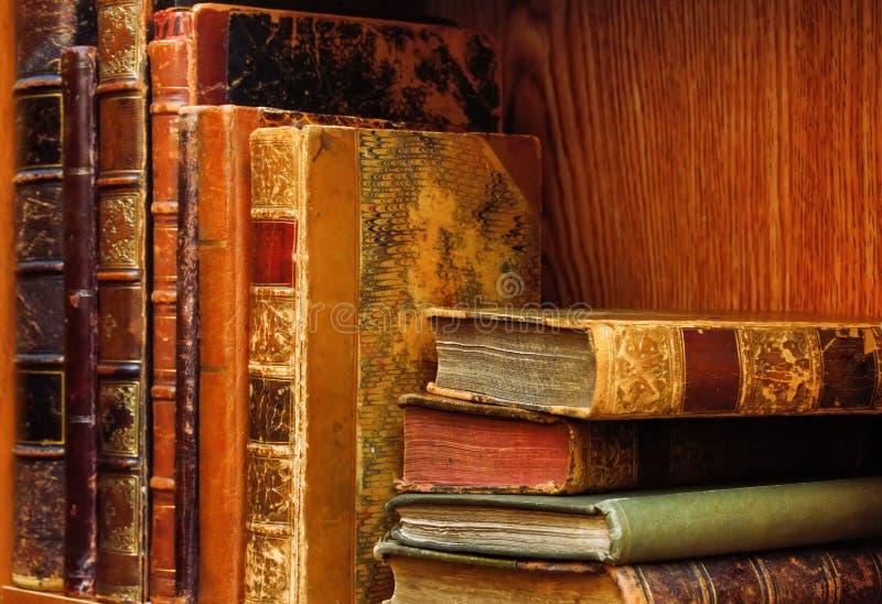 A biblioteca clássica com livros velhos imagens de stock royalty free