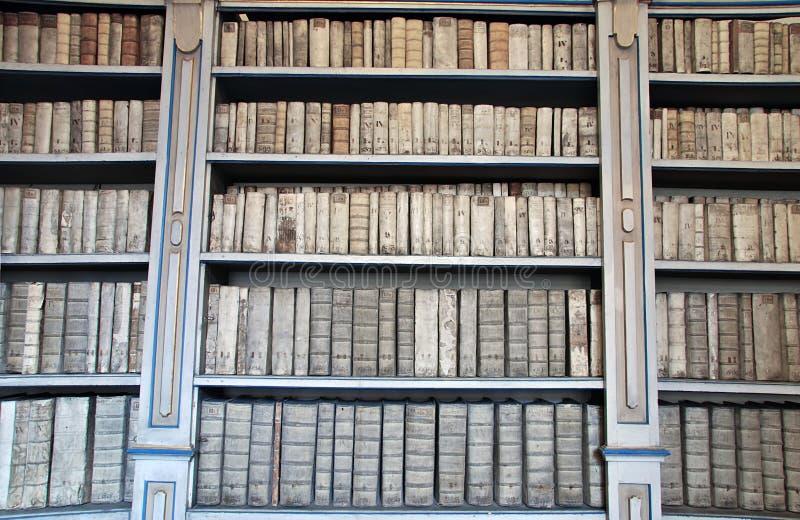 Biblioteca com livros antigos fotografia de stock royalty free