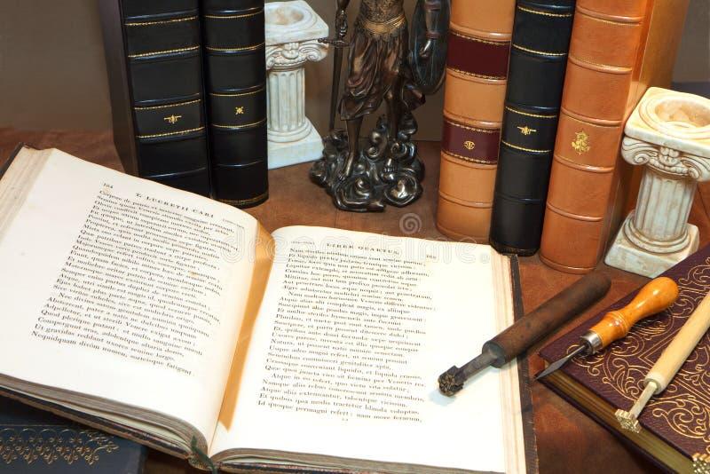 Biblioteca com os livros antigos velhos imagens de stock