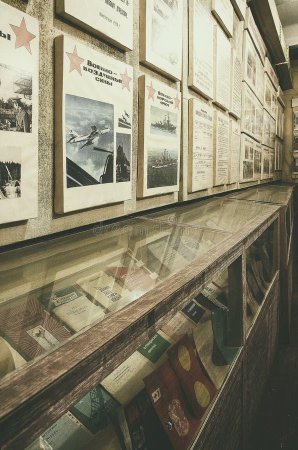 Biblioteca con agitazione dell'Unione Sovietica e dei libri sulla guerra nucleare immagini stock