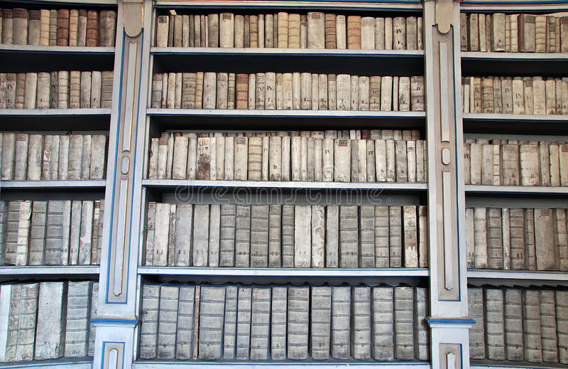 Biblioteca con los libros antiguos fotografía de archivo libre de regalías