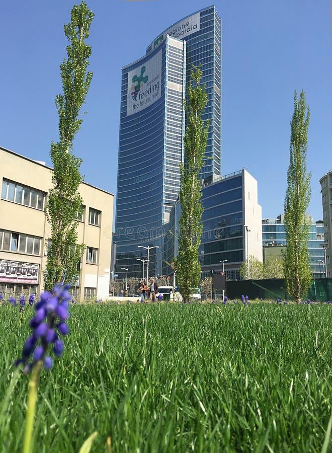 Biblioteca de árboles, el nuevo parque de Milán que pasa por alto el della Regione Lombardia, rascacielos de Palazzo 29 de marzo  fotografía de archivo libre de regalías