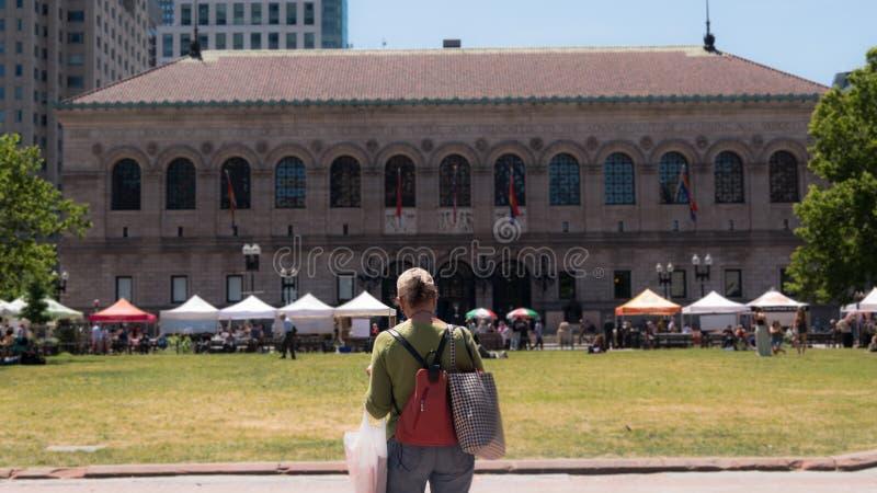 A biblioteca de Boston Public com um mercado do ` s do fazendeiro foto de stock royalty free