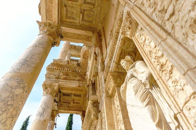 Biblioteca de Celsus da cidade antiga e da escultura de Ephesus foto de stock
