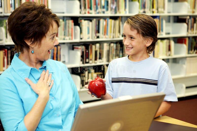 Biblioteca de escola - professor Surpr foto de stock royalty free