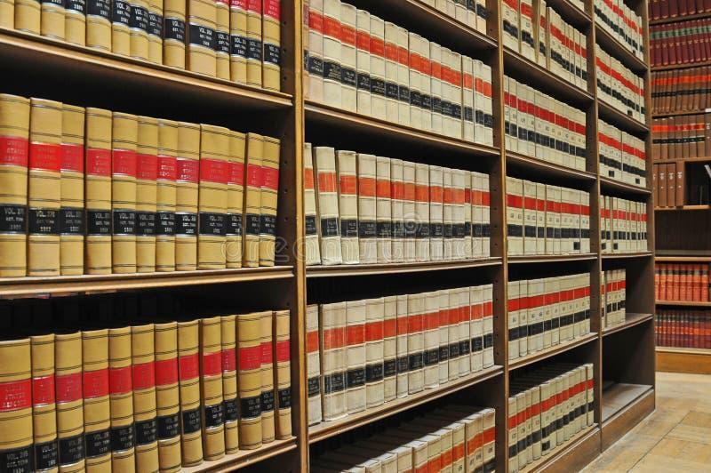 Biblioteca de ley - libros de ley viejos imágenes de archivo libres de regalías