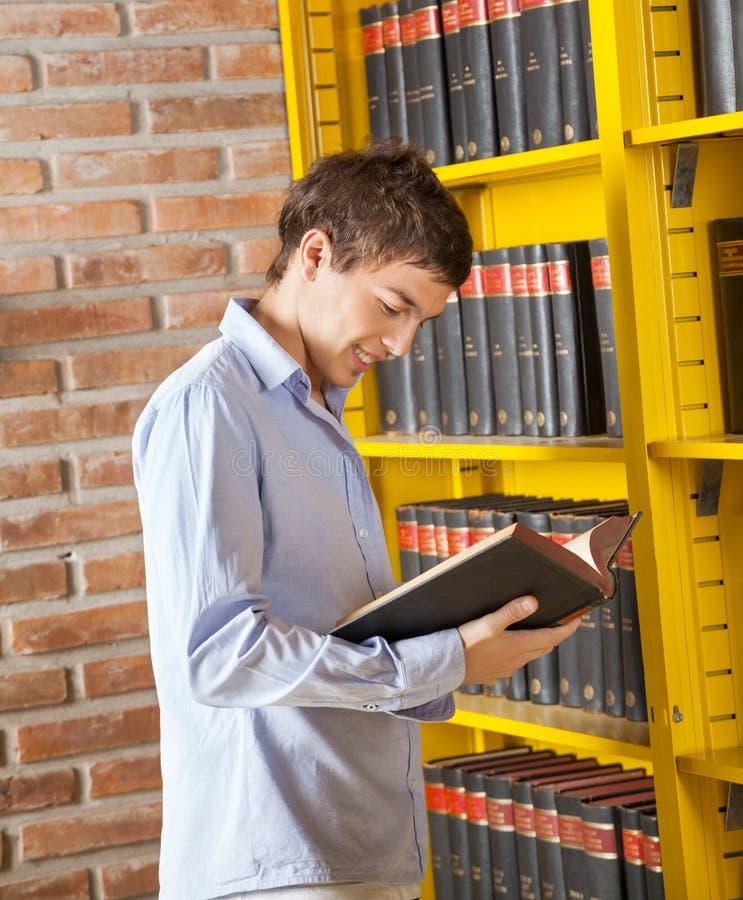 Biblioteca de universidad de Reading Book In del estudiante imagen de archivo libre de regalías