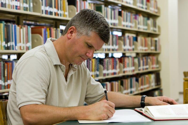 Biblioteca del estudiante universitario imagen de archivo libre de regalías