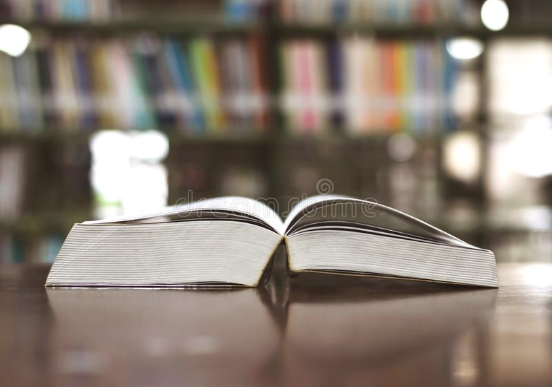 Biblioteca del libro de la educación colocada en el estudio de la tabla para el aprendizaje del conocimiento foto de archivo