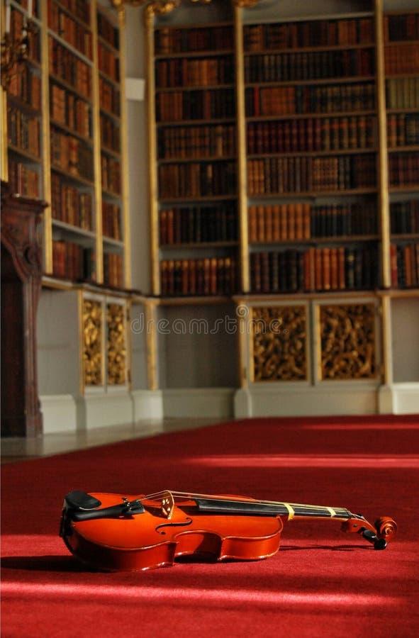 Biblioteca del violín foto de archivo libre de regalías