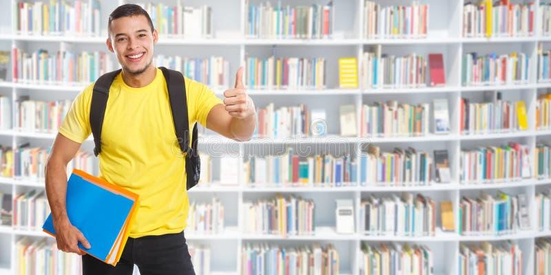 Biblioteca di successo del giovane dello studente riuscita che impara i pollici dell'insegna sulla gente sorridente immagine stock