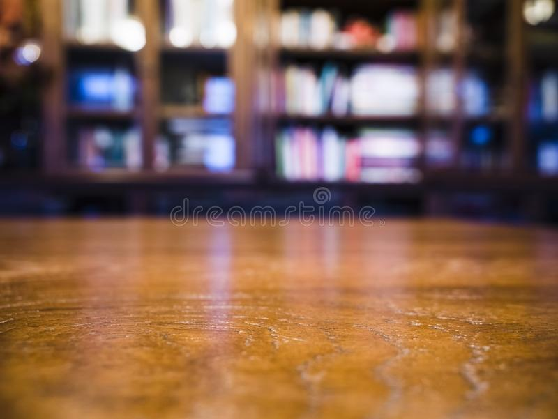 Biblioteca do borr?o do tampo da mesa no fundo da educa??o da sala de estudo da biblioteca fotos de stock royalty free