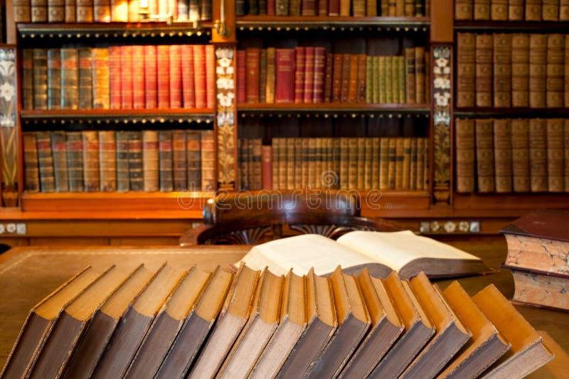 Biblioteca e mesa do estudo imagem de stock