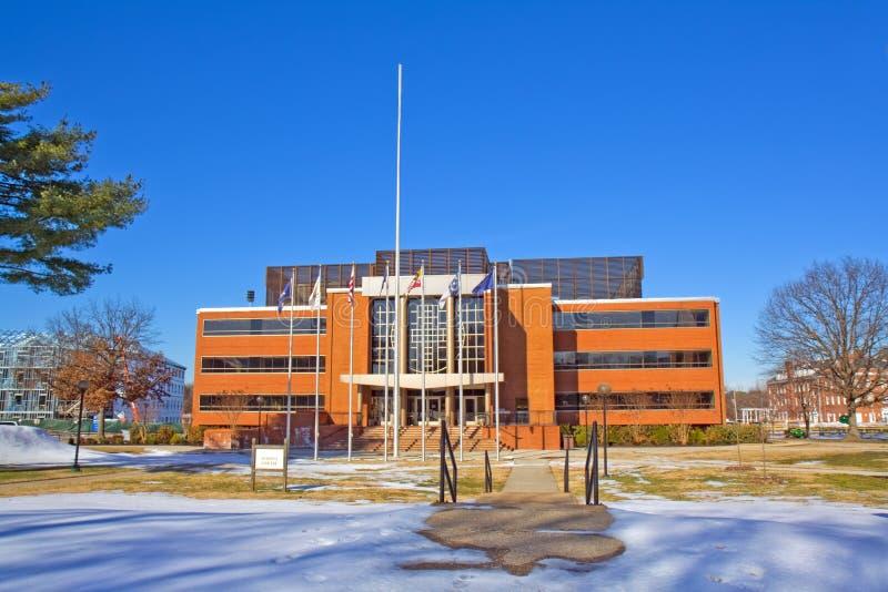 Biblioteca en un campus universitario imagen de archivo