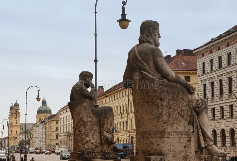 Biblioteca estatal bávara en Munich, estatua de los filósofos griegos fotos de archivo