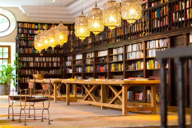 Biblioteca hermosa en el monasterio de Corias Tiene estantes por completo de libros y de una tabla grande donde usted puede estud imágenes de archivo libres de regalías