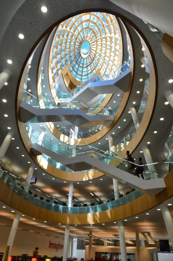 Biblioteca interior, techo de cristal espectacular de la bóveda foto de archivo libre de regalías