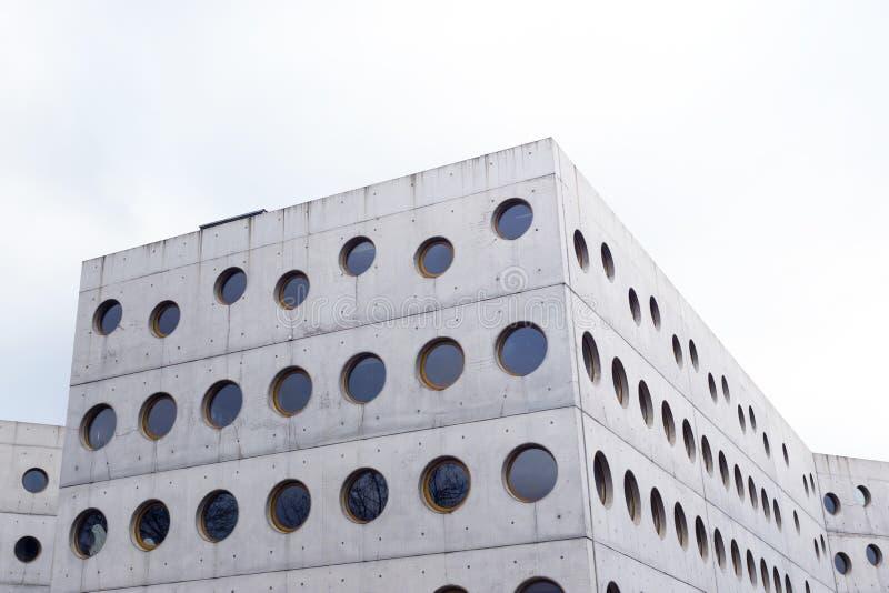 Biblioteca moderna del edificio concreto imágenes de archivo libres de regalías