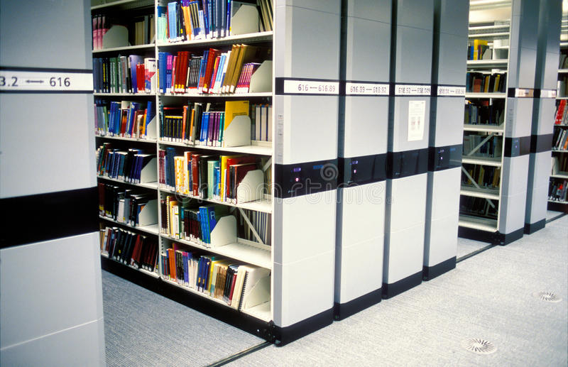 Biblioteca moderna imagens de stock royalty free