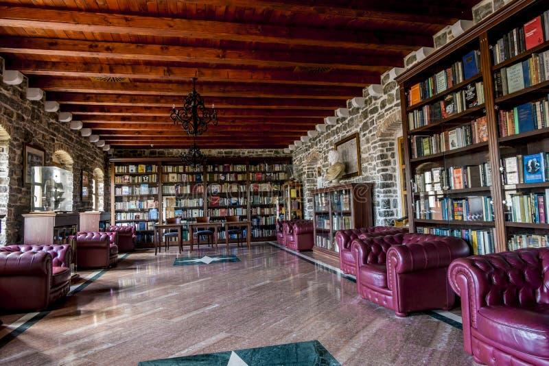 Biblioteca na cidade velha de Budva montenegro imagem de stock