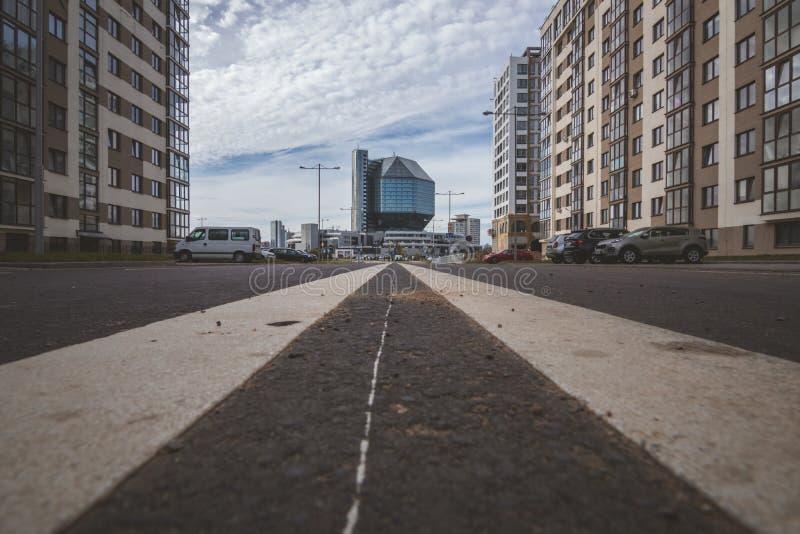Biblioteca nacional de Bielorrusia, visión desde la nueva área residental imagenes de archivo