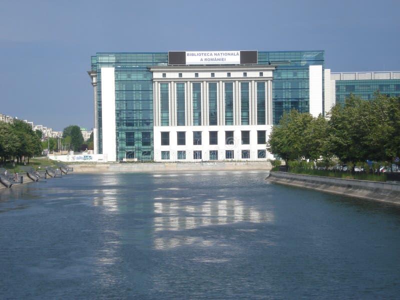 Biblioteca nacional en orilla del río de Dambovita en Bucarest fotografía de archivo