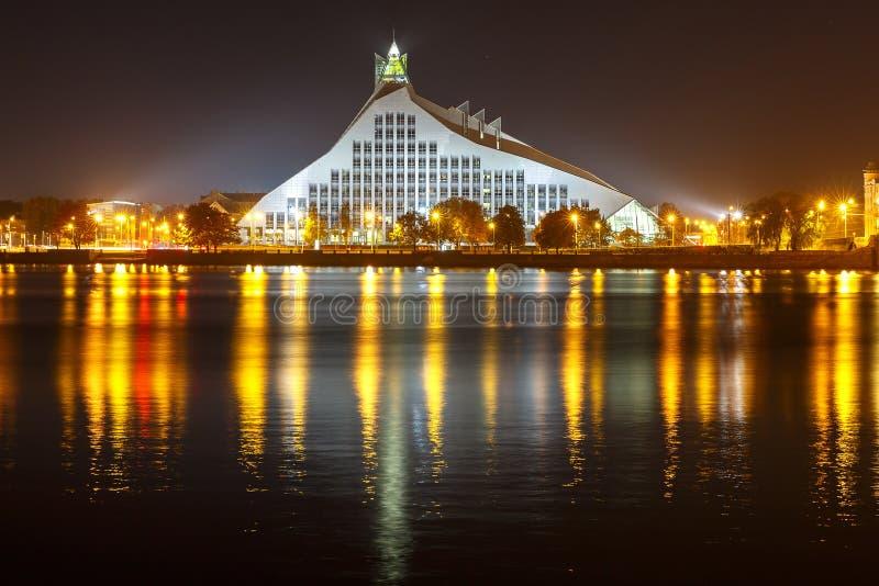 Biblioteca nacional letão na noite, Riga, Letónia imagens de stock
