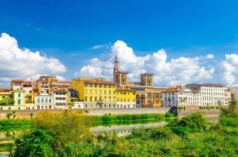 Biblioteca nazionale e costruzioni di Firenze dei Di di Biblioteca Nazionale Centrale sulla passeggiata dell'argine del fiume di  fotografie stock libere da diritti