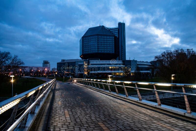 Biblioteca nazionale nelle prime ore del mattino, ponte con le luci illuminate Minsk, Belarus immagini stock