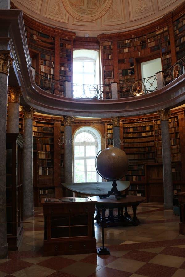 Biblioteca nel benedettino Pannonhalma Archabbey con il globo immagine stock