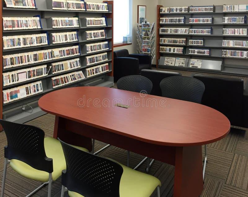 Biblioteca pública agradável na comunidade imagens de stock royalty free