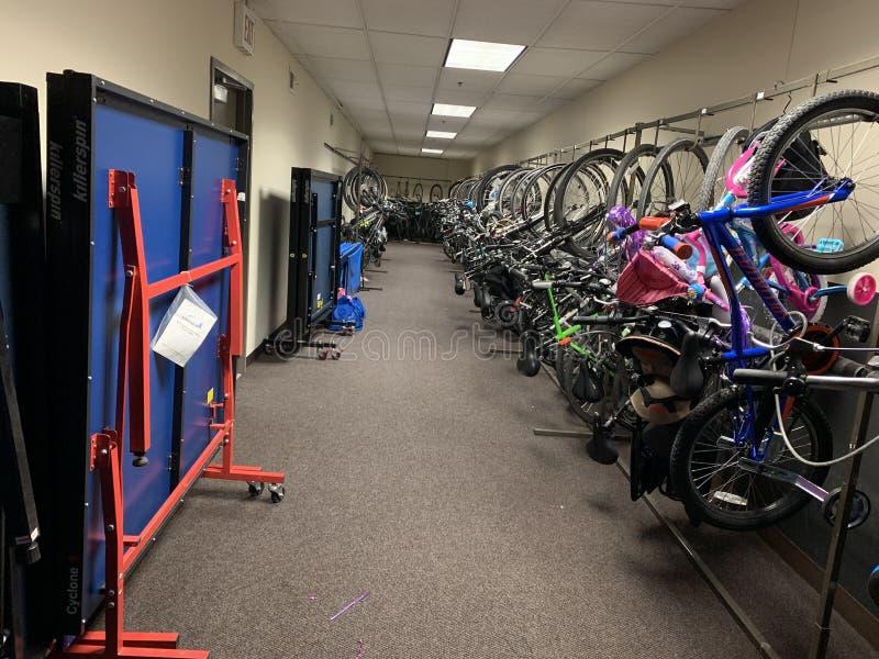 Biblioteca pública da bicicleta para cada agregado familiar na construção residencial imagens de stock royalty free