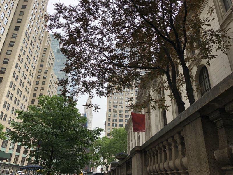 Biblioteca pública de Nueva York con el edificio de Chrysler imagen de archivo