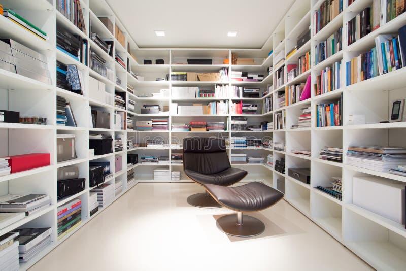 Biblioteca privada em casa fotografia de stock