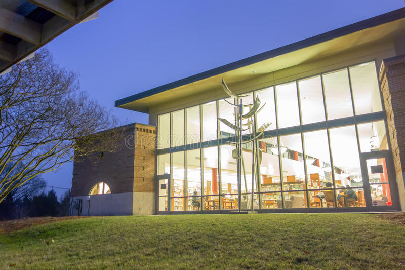 Biblioteca pubblica di vista moderna alla notte immagini stock