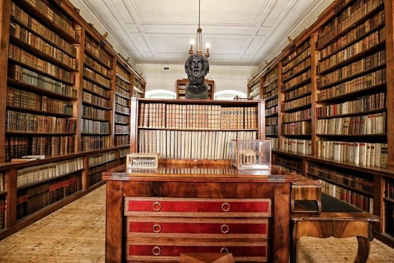 Biblioteca storica con il soffitto della cialda ed il busto di Socrates fotografia stock libera da diritti