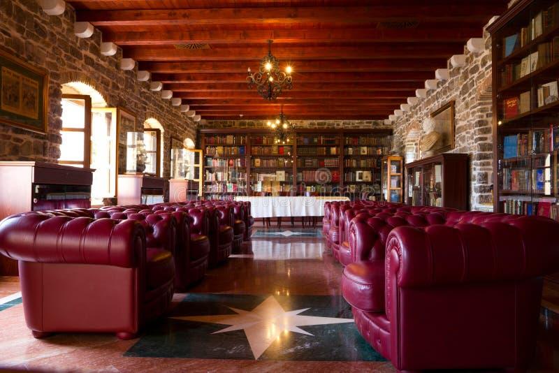 Biblioteca vieja en Budva. fotos de archivo