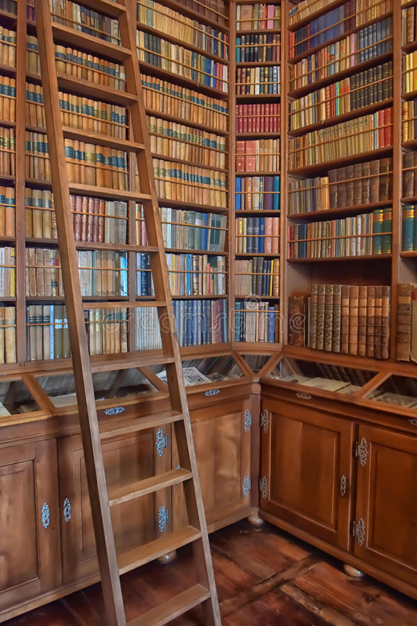 Biblioteca vieja en el castillo fotografía de archivo