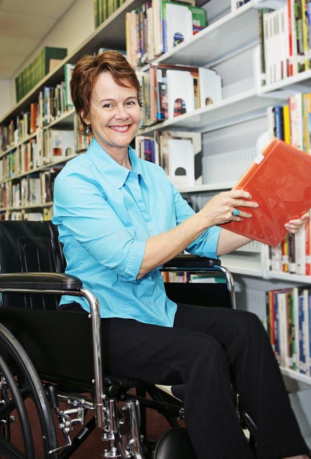 Bibliotecario in sedia a rotelle fotografie stock libere da diritti