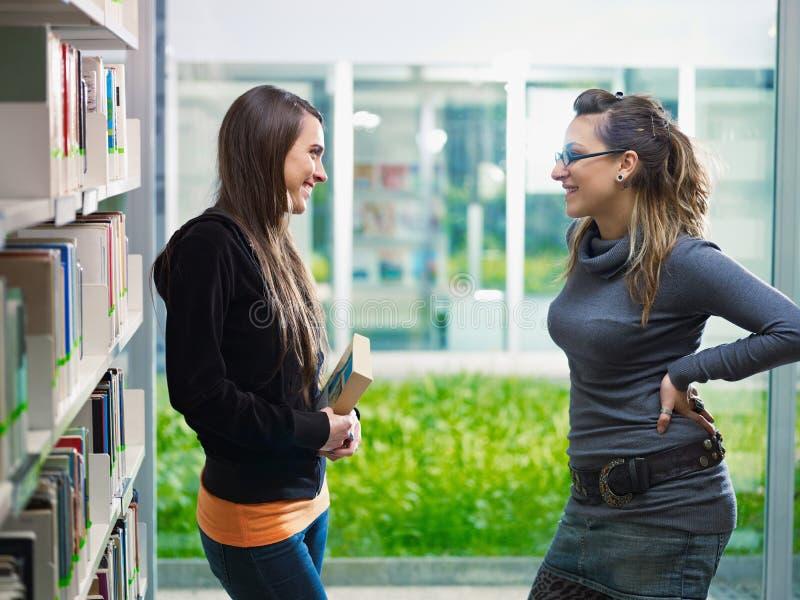 biblioteczny target1597_0_ uczni zdjęcie stock
