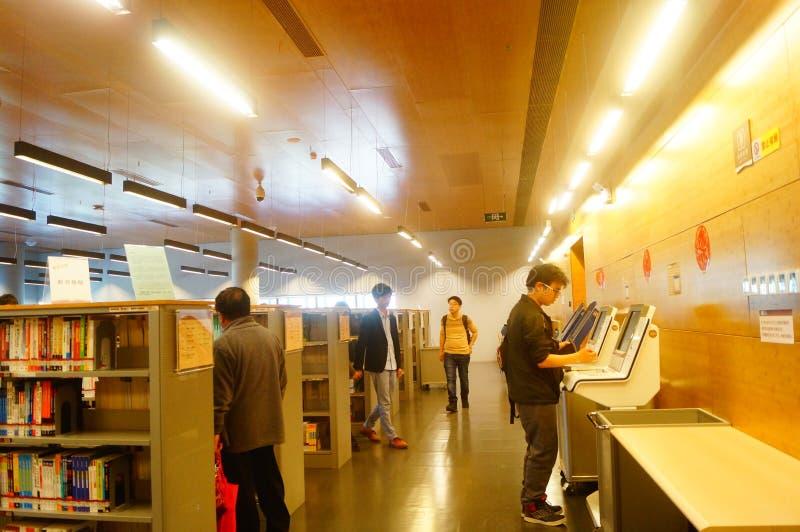 Biblioteczny wnętrze krajobraz, czytelnicy w czytaniu obrazy royalty free