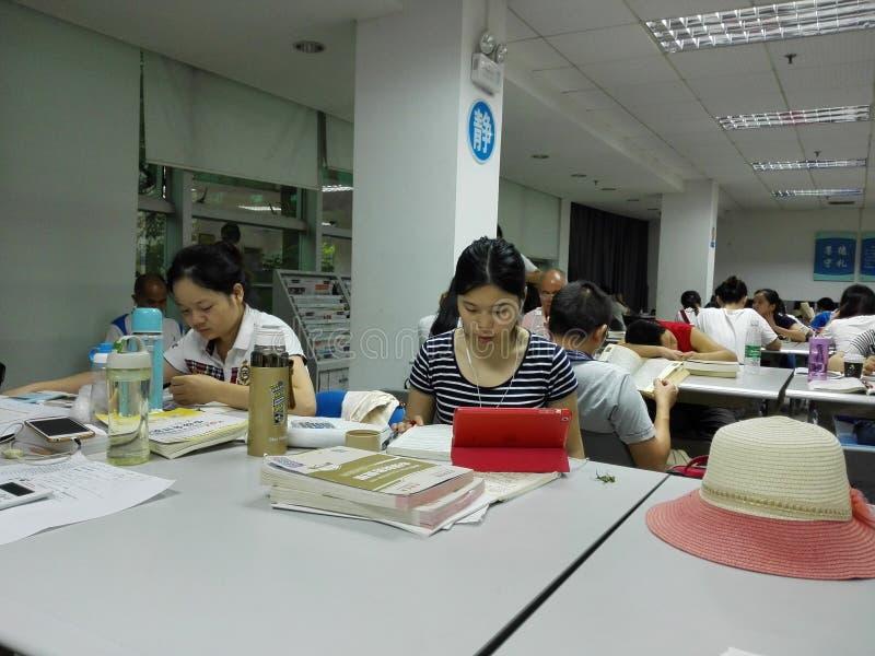 Biblioteka czytelnicy czyta obraz stock