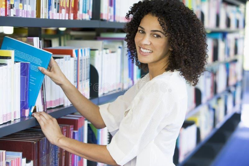 biblioteka księgowej wyjeżdża z półki kobiety zdjęcia stock