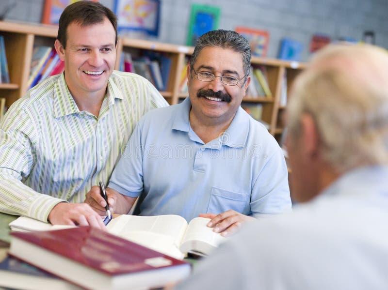biblioteka pomóc dojrzałego studencki nauczyciela zdjęcie royalty free